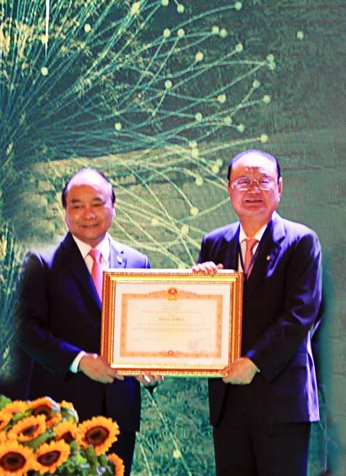 베트남 총리 표창 받는 이대봉 참빛그룹회장